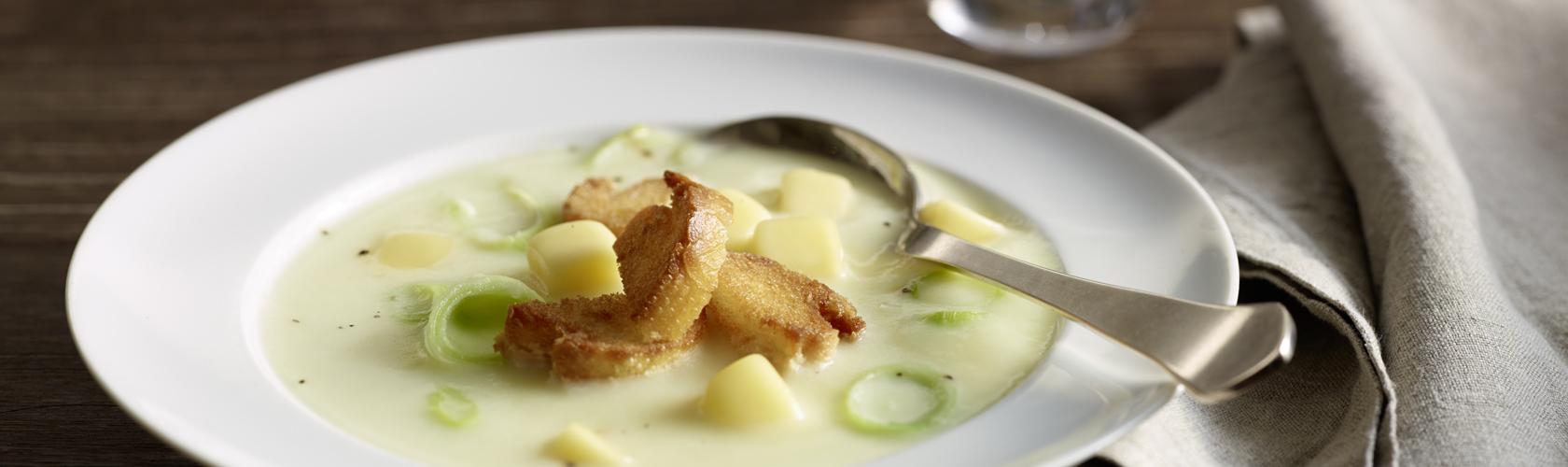 Kartoffelsuppe mit Käsewürfeln