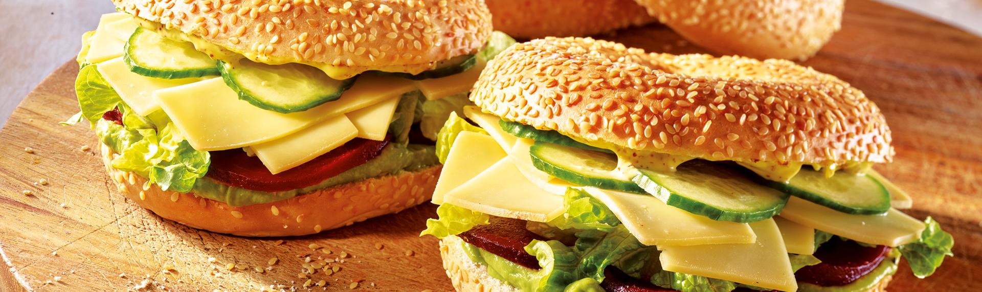 Bagel mit Avocadocreme und Käse
