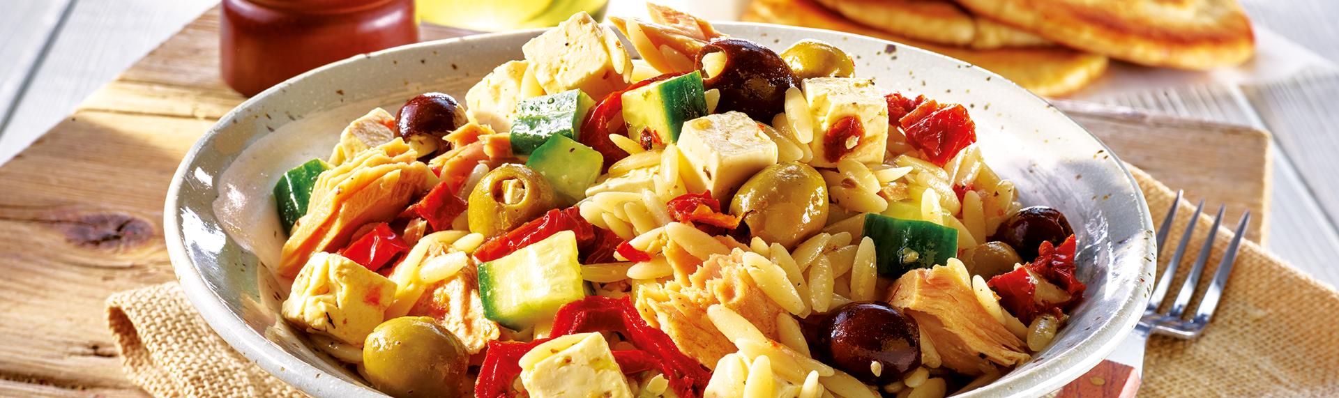 Kritharaki-Salat mit Käse und Oliven