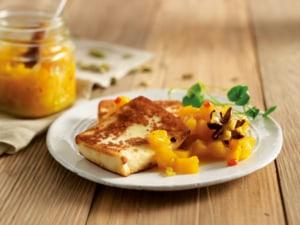 Grillkäse garniert mit Mango-Chutney