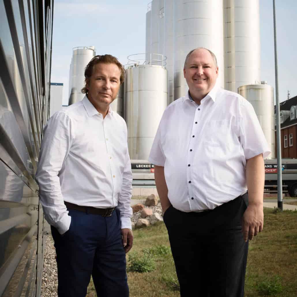 Klaus Rücker und Markus Czeromin vor der Familienmolkerei Rücker