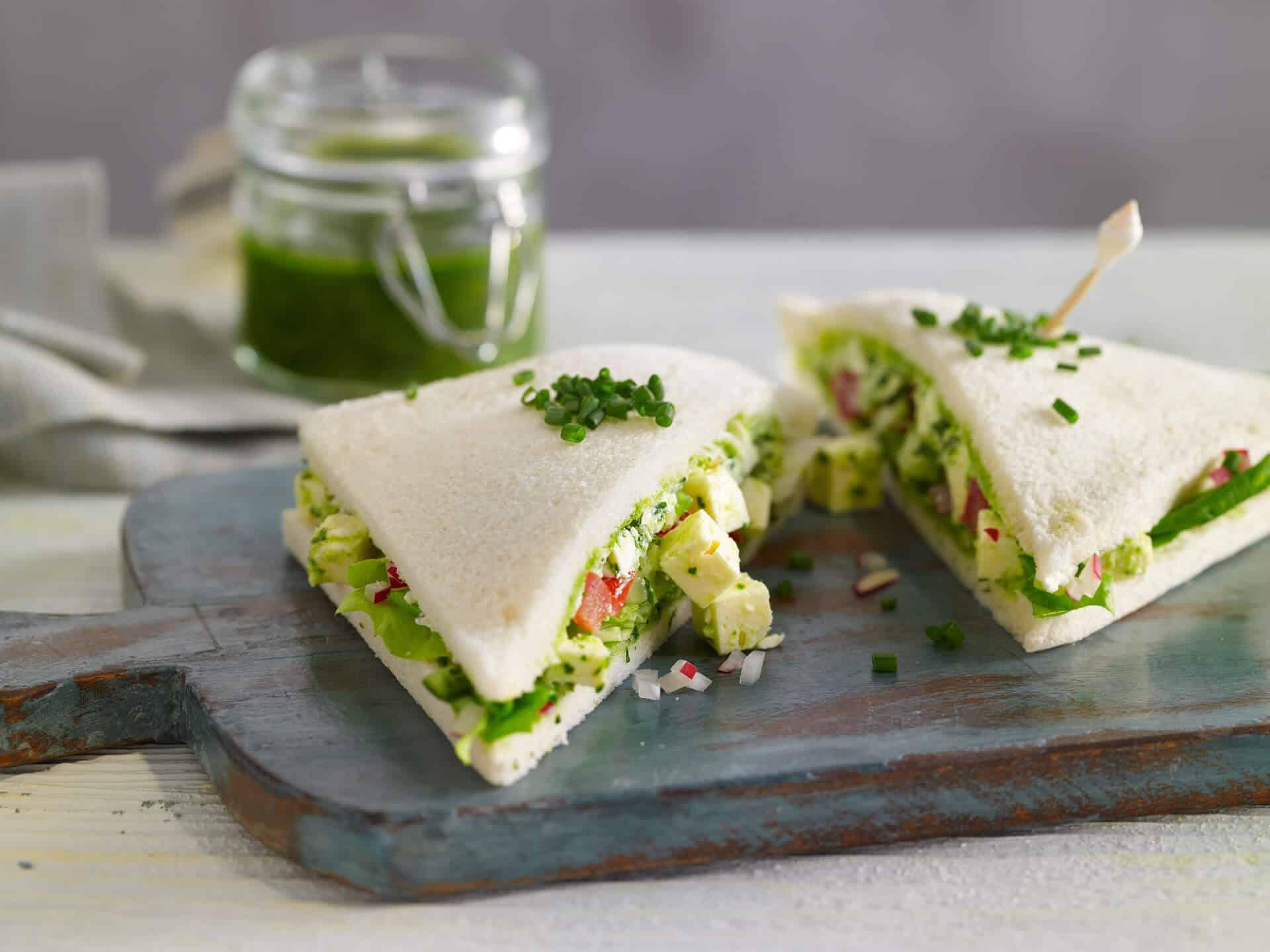 Vegetarisch gefülltes Tramezzini mit Pesto und Hirtenkäse