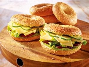 Ein vollwertiger Snack: Avocado-Dip mit Bagel und Roter Beete