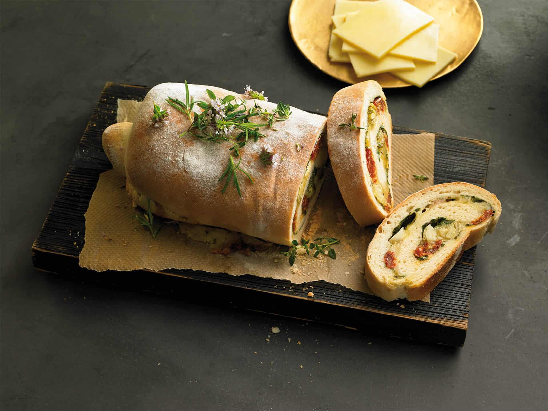Gefüllter Hefeteig mit Käse und Kräutern