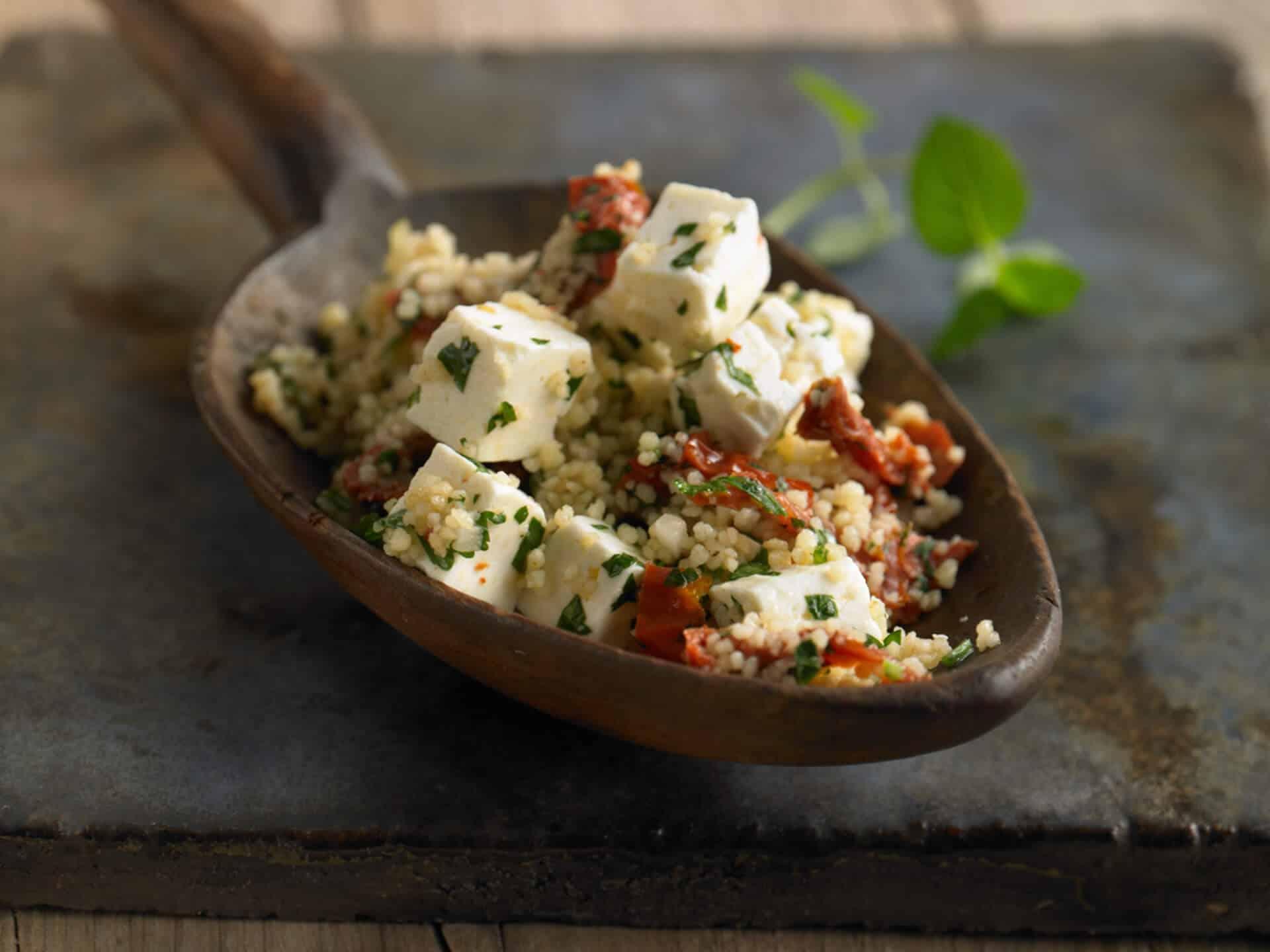 Vegetarischer Salat mit Hirtenkäse und Tomaten