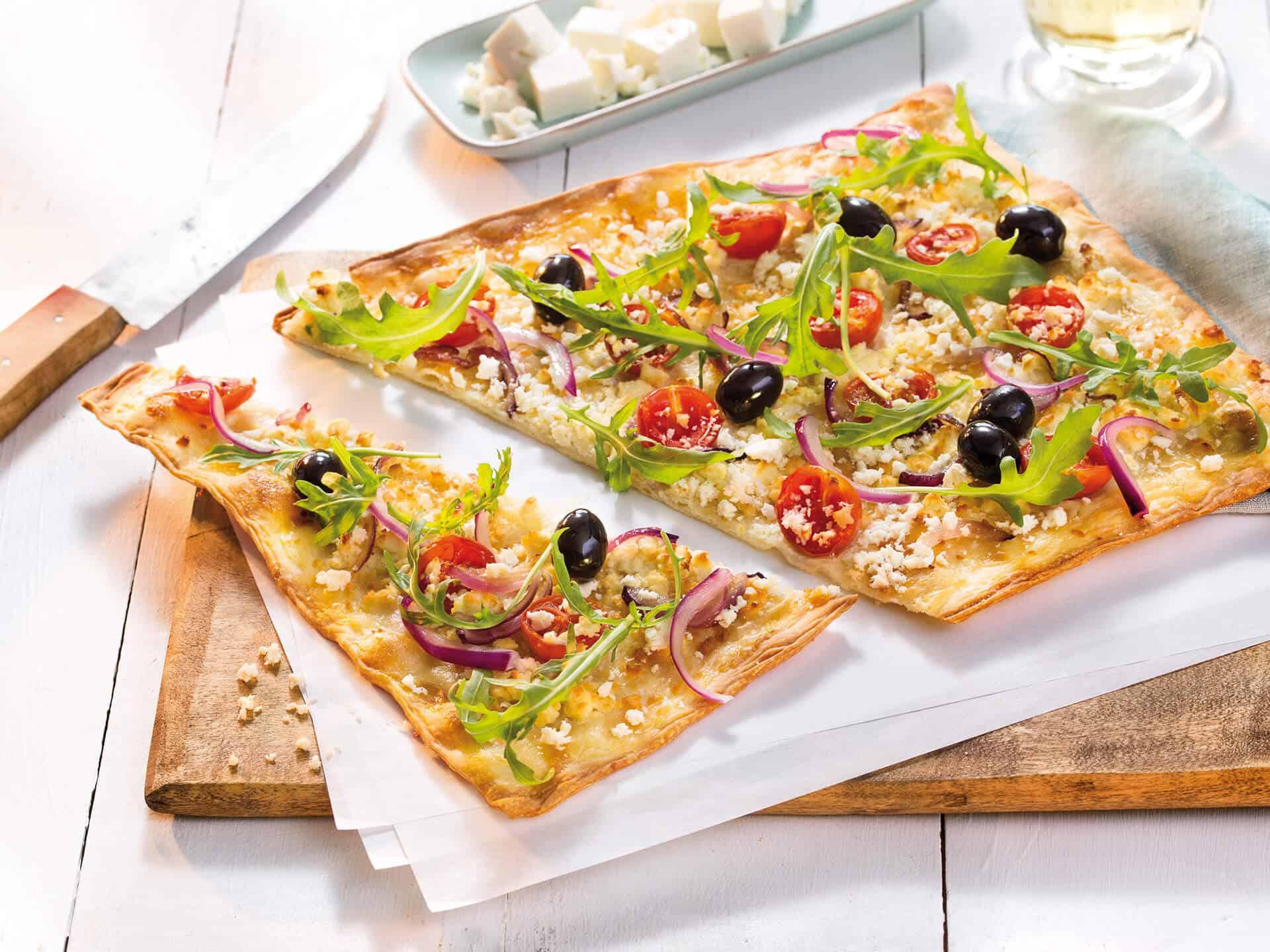 Flammkuchen mit Oliven und Hirtenkäse
