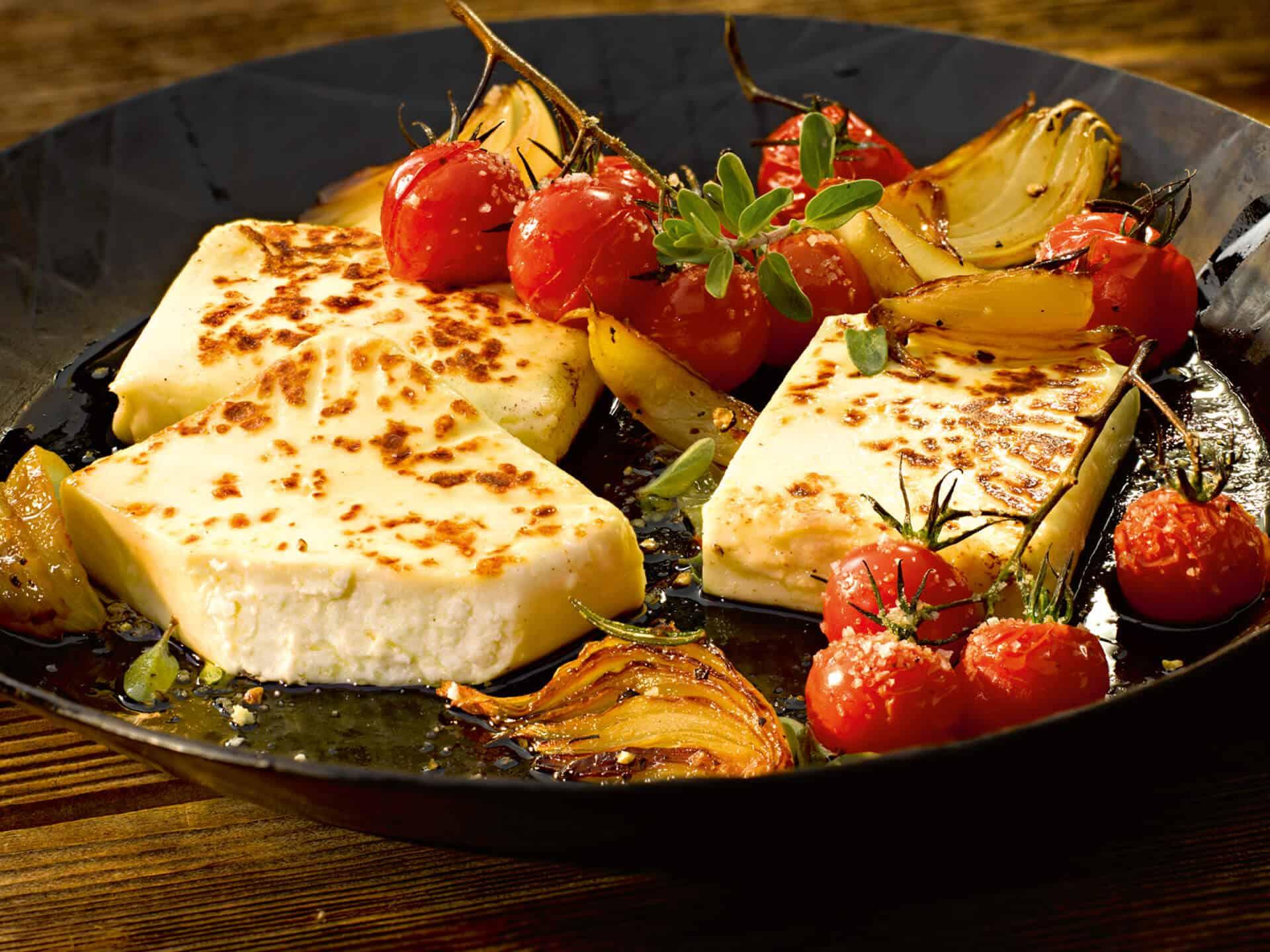Vegetarisch Grillen – gebratene Tomaten mit Grillkäse