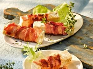 Grillkäse umwickelt mit Bacon