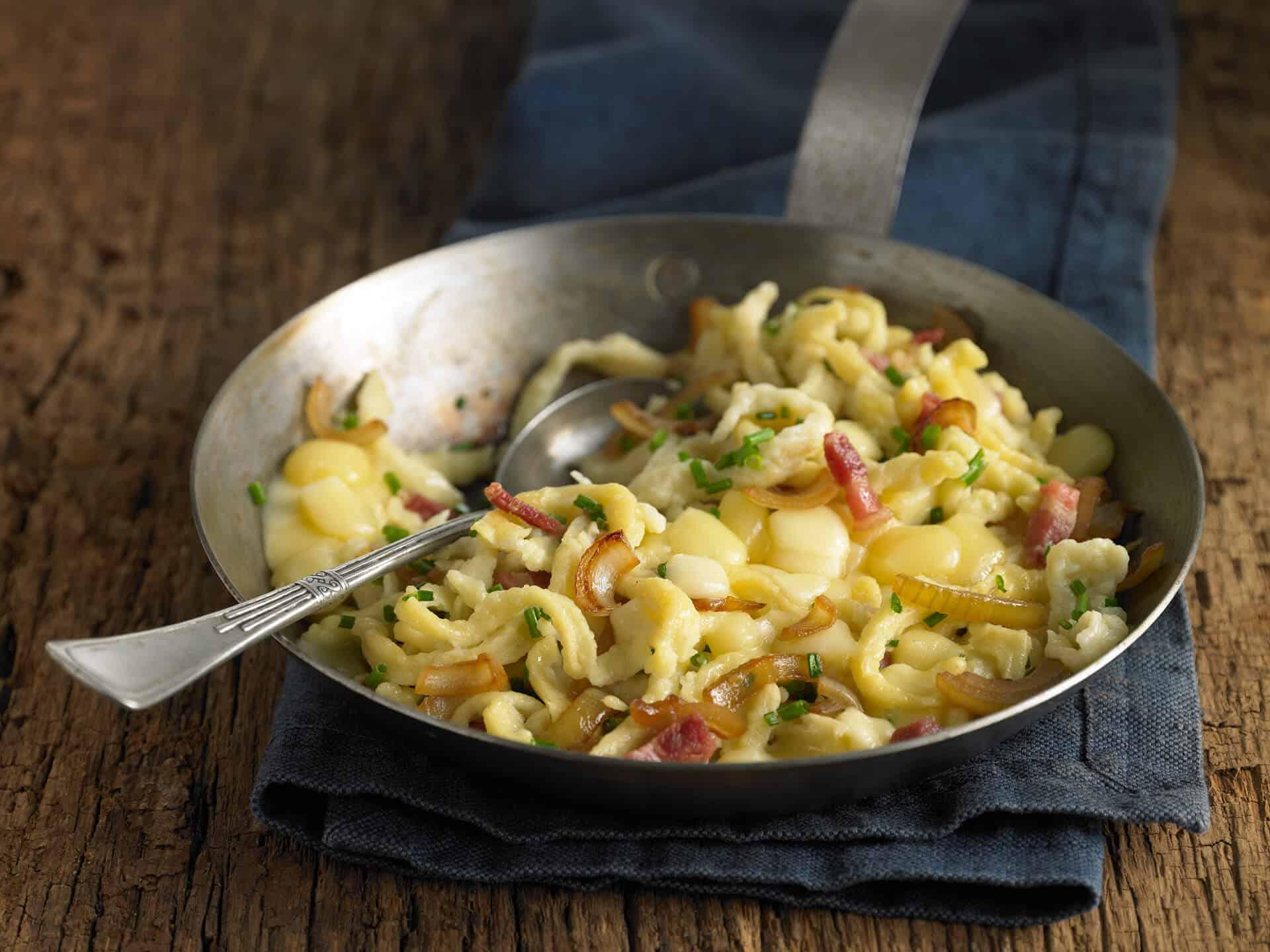 Käsespätzle mit Zwiebeln und Speck