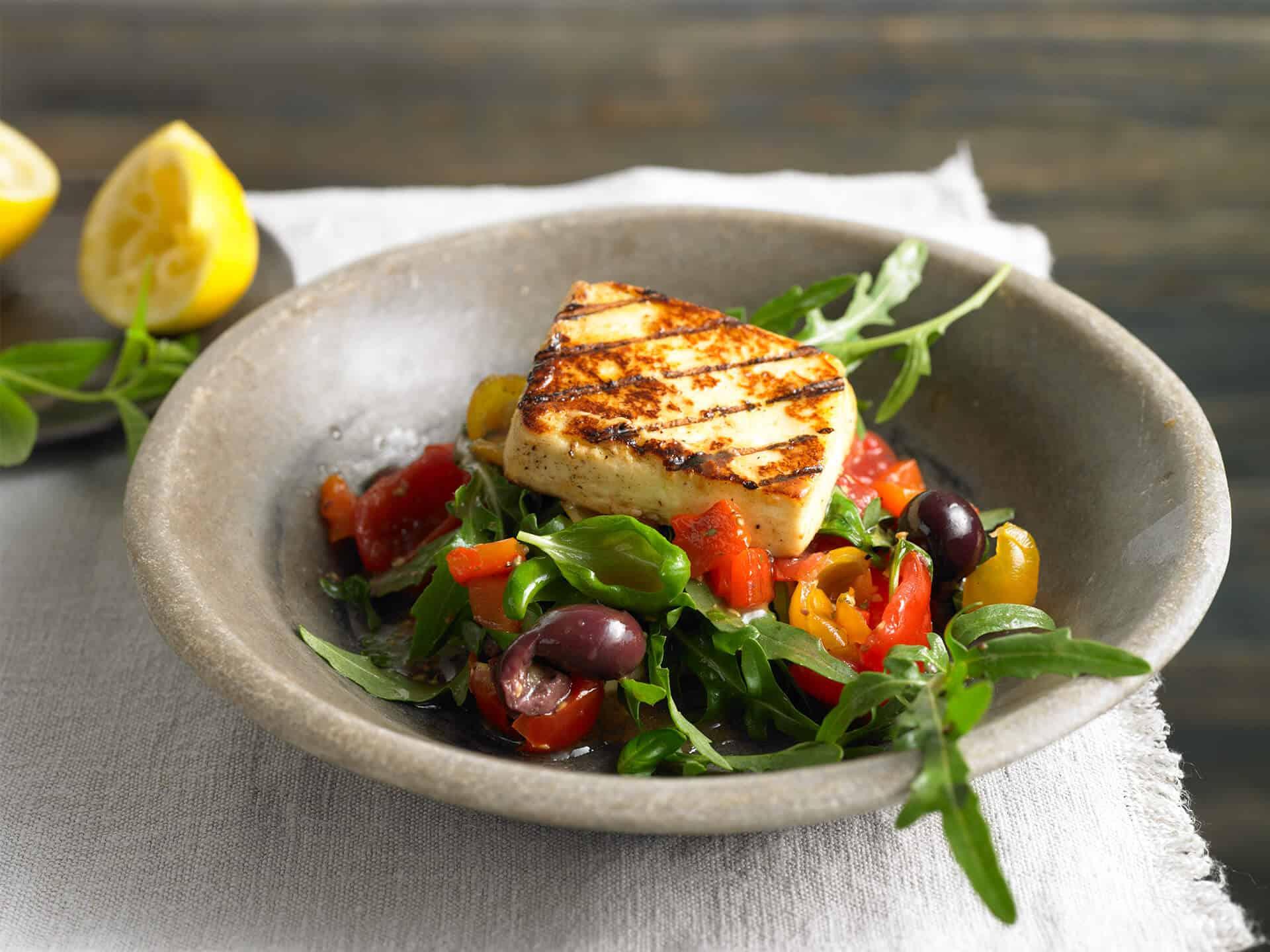Vegetarischer Salat mit Grillkäse