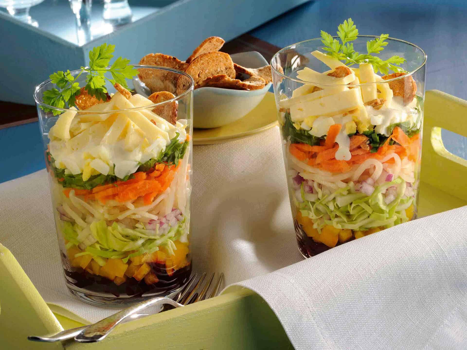Vegetarischer Schichtsalat im Glas