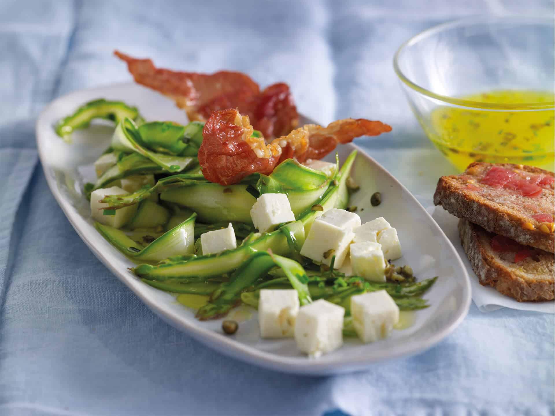 Leckerer Spargelsalat mit Bacon und Hirtenkäse
