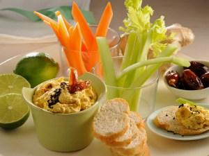 Dip mit Gemüse und Brot