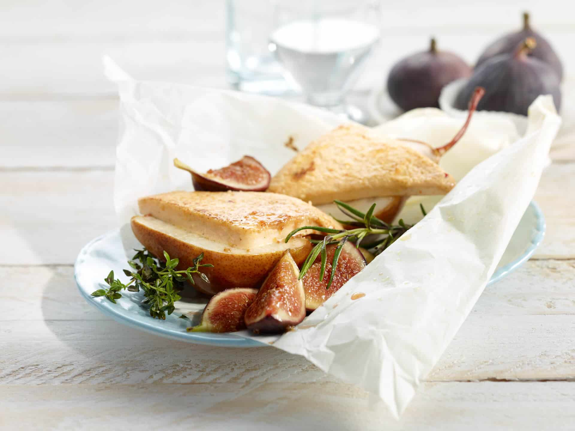 Mit Käse überbackene Birnen anrichtet mit Feigen
