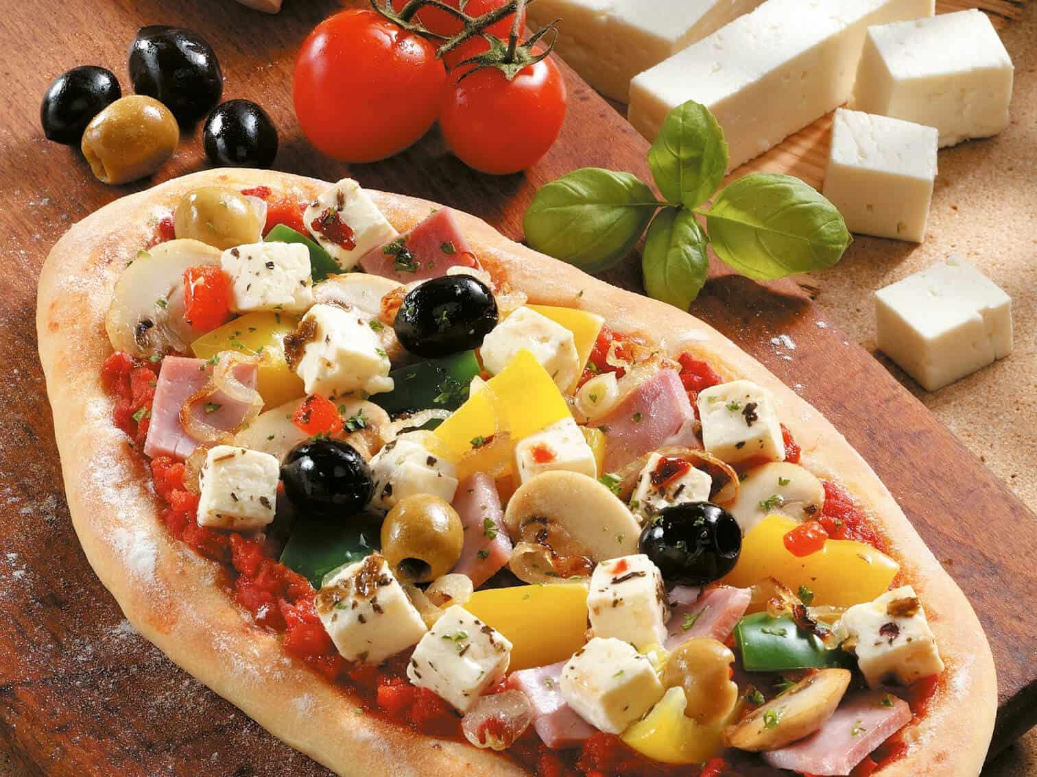 Pizzafladen mit Oliven und Hirtenkäse