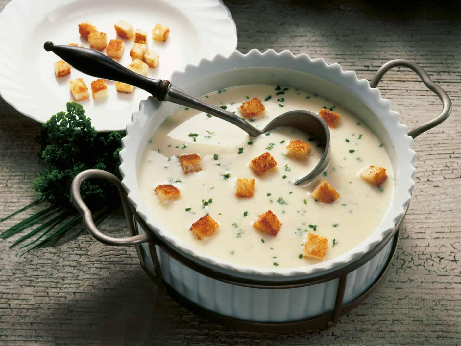 Käsesuppe mit Croutons