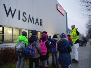 Grundschüler zu Besuch bei Molkerei Rücker in Wismar