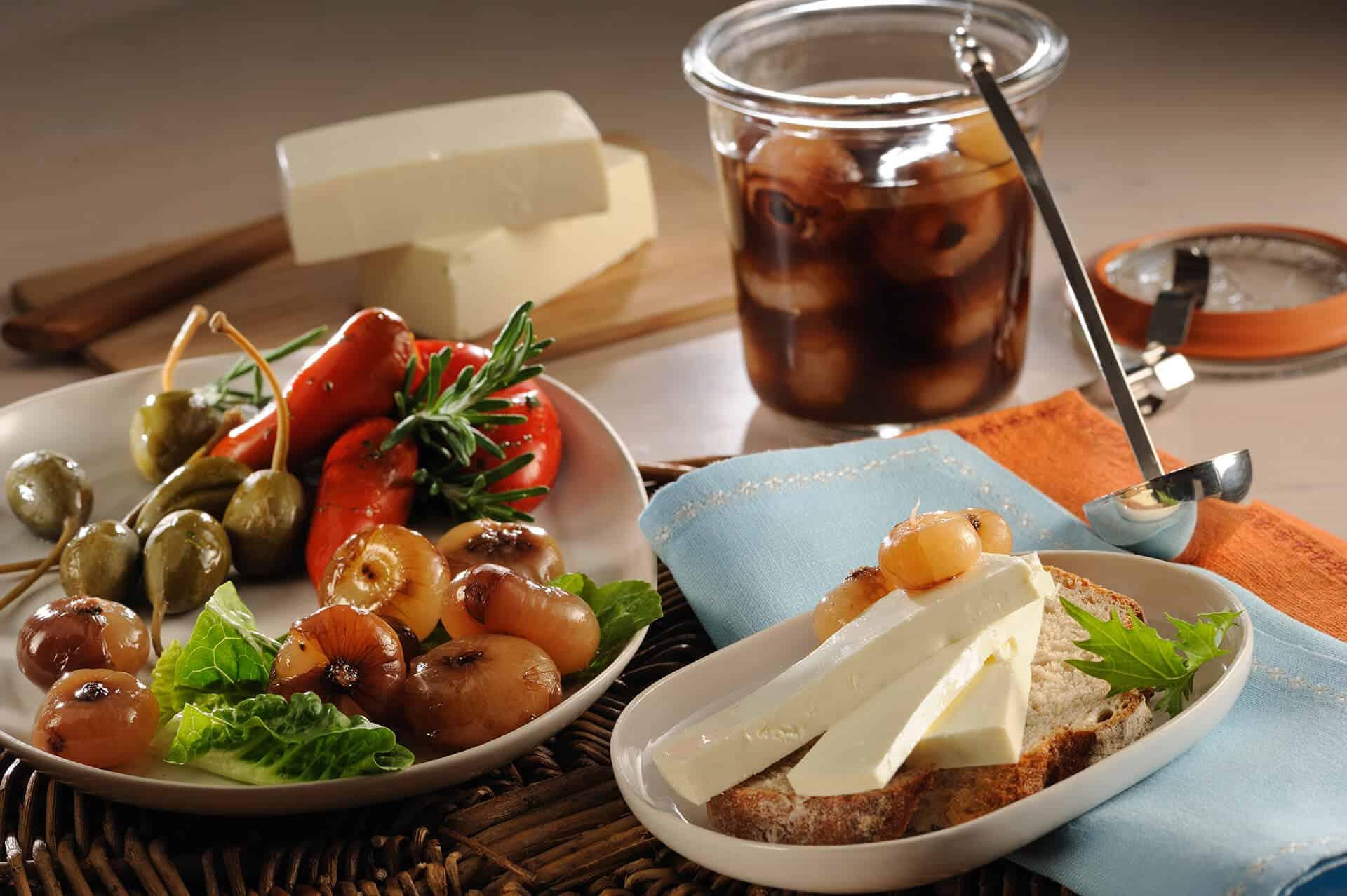 Balsamico Zwiebeln und Käsebrot