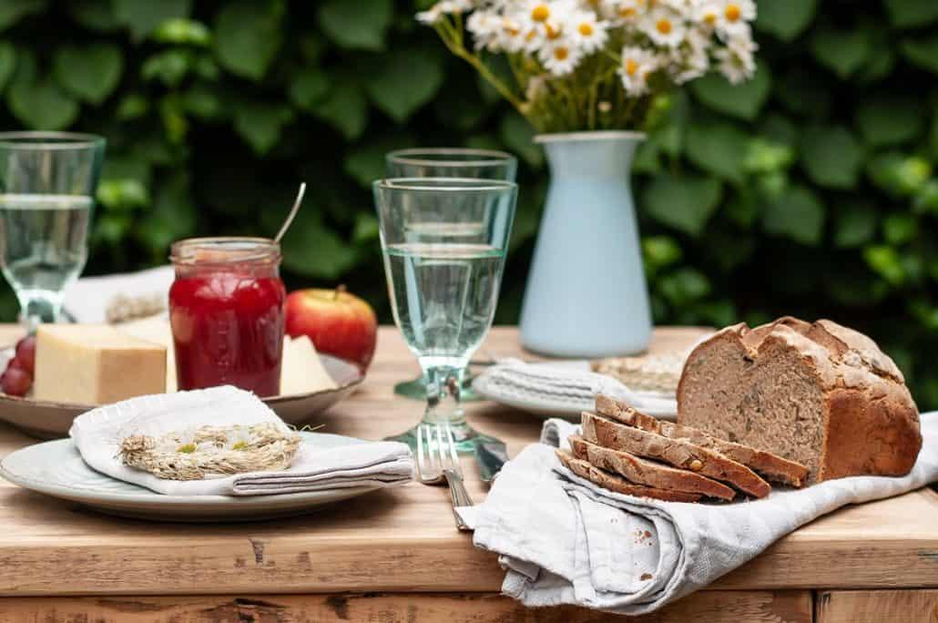 Ein gedeckter Tisch zur Erntezeit