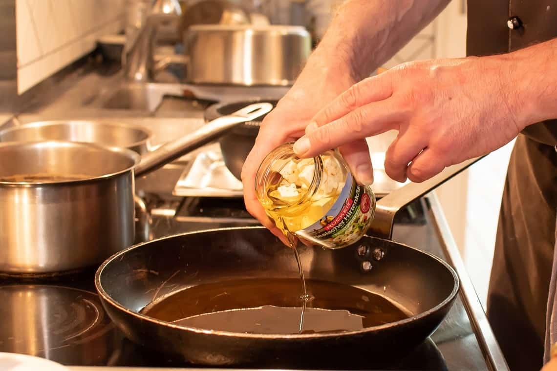Öl aus Friesischer Hirtenkäse Salatwürfel in Pfanne geben