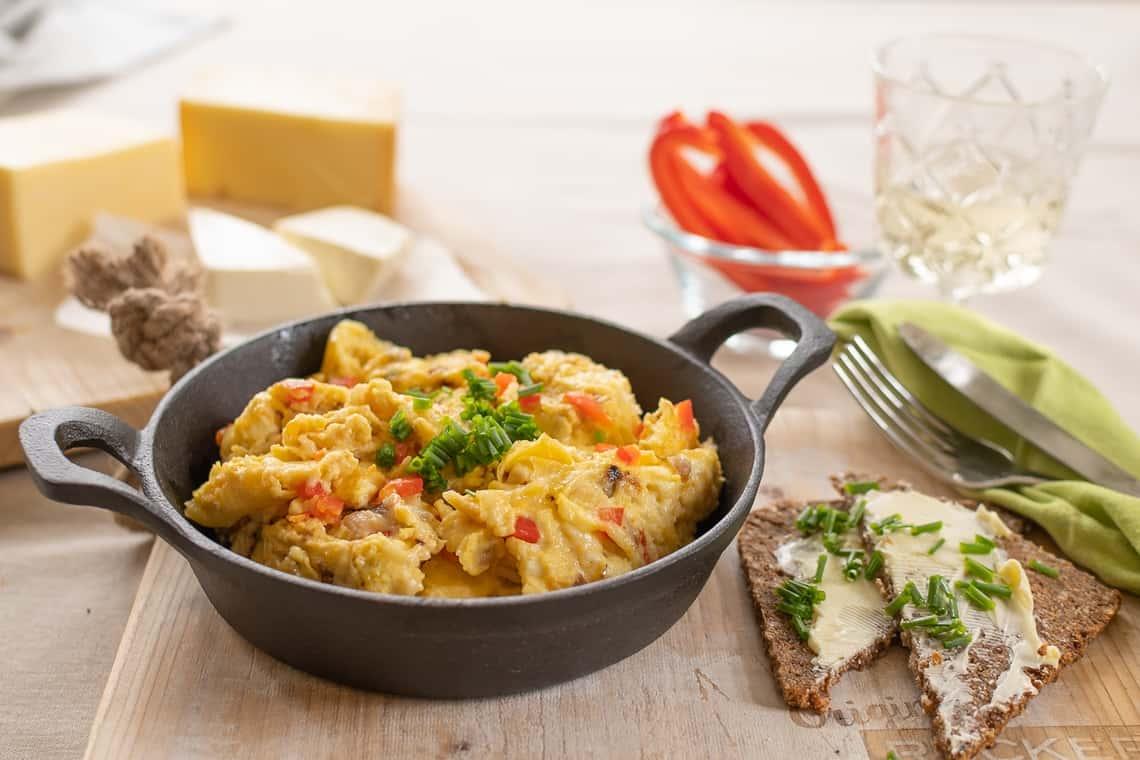 Rührei mit Käse und Paprika