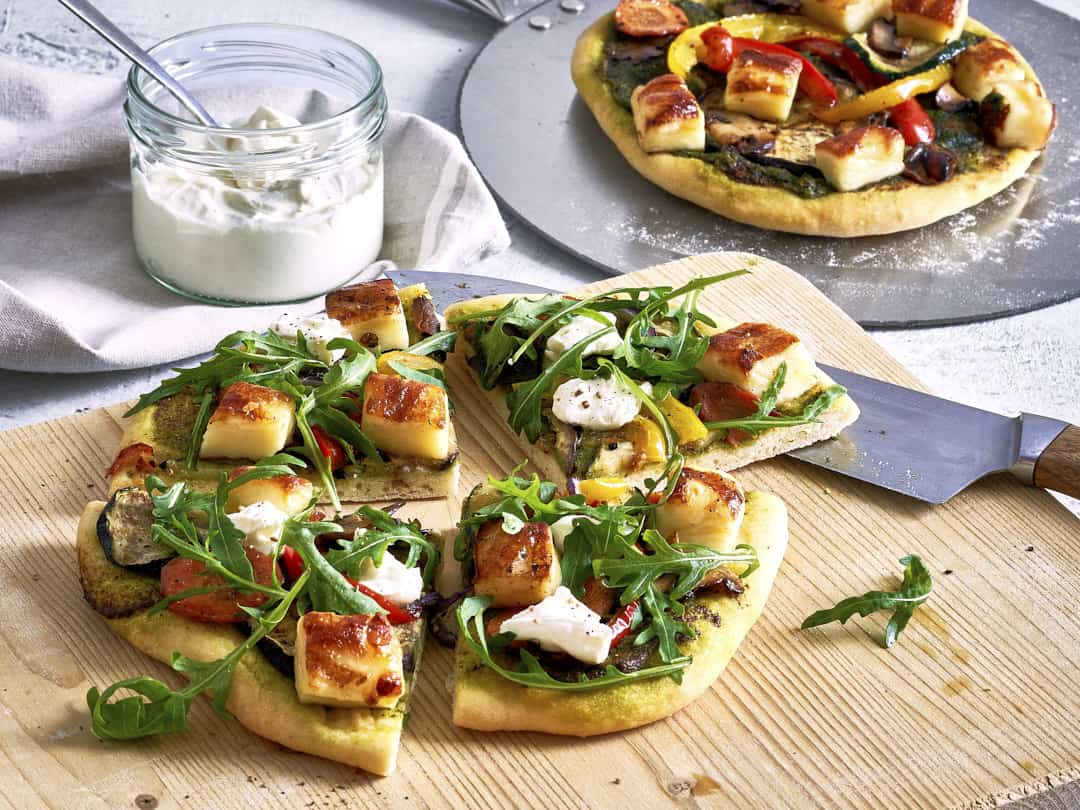 Minipizzen mit Grillkäse und Pesto