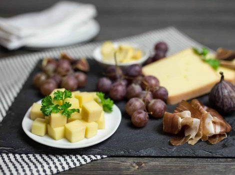 Käseplatte Nordberger serviert auf einer Schieferplatte